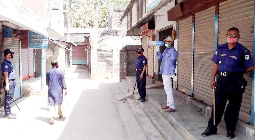 সান্তাহারে ঘরে থাকতে পাড়া-মহল্লায় পুলিশের মাইকিং
