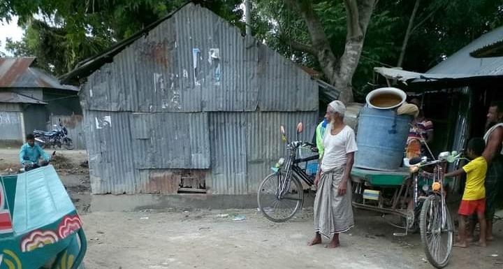 রাস্তার উপরে ঘর ২৭ নং শালমারা সরকারি প্রাথমিক বিদ্যালয় মাঠের দূরাবস্থা। জীবন ঝুঁকি জনসাধারণের ।