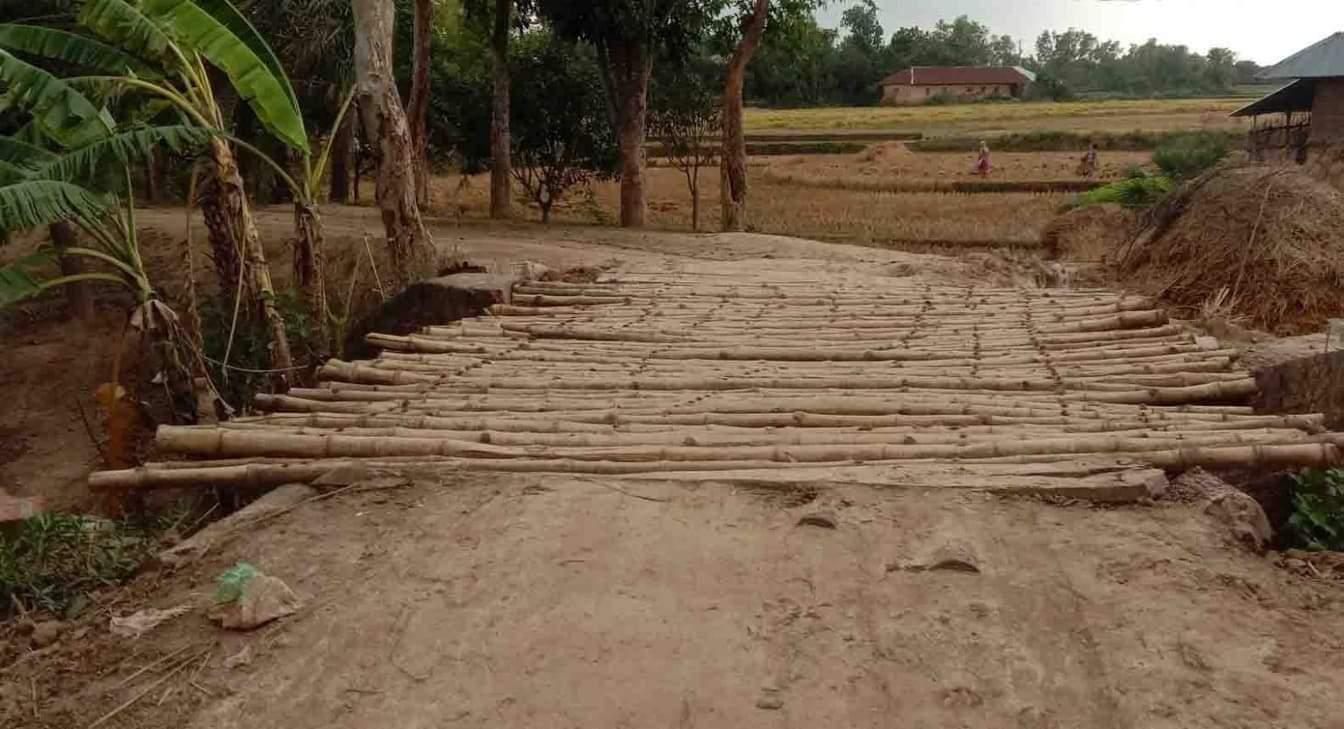 চাঁপাইনবাবগঞ্জে ভেঙ্গে পড়া কালভার্টের উপর বাঁশের পাটাতন দিয়ে চলাচল করছে গ্রামবাসি , জনদূর্ভোগ চরমে