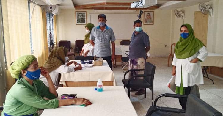 চাঁপাইনবাবগঞ্জে করোনার টিকা নিয়ে বিপাকে প্রবাসীরা