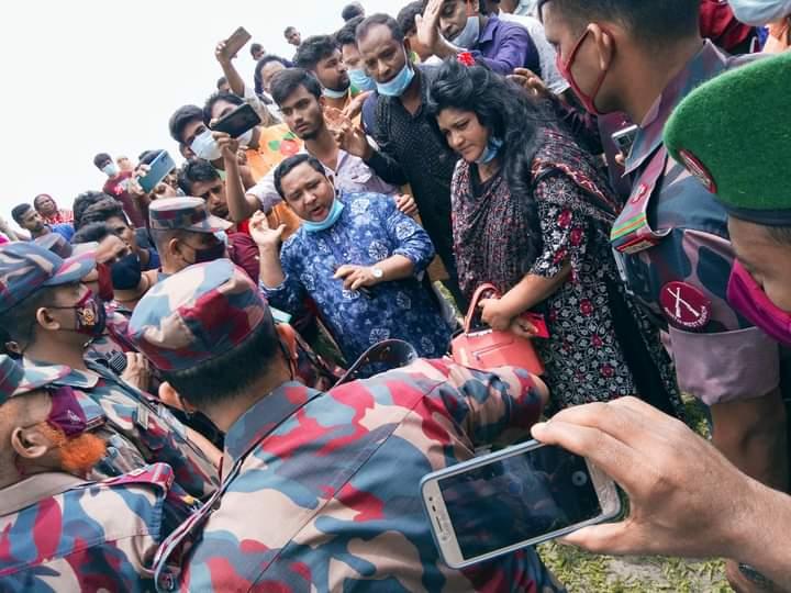 লালমনিরহাট হাতীবান্ধায় চলাচলের রাস্তা বন্ধ করায় বিজিবি ক্যাম্প ঘেরাও